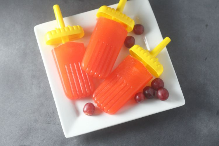 Need a new way to get the kids to eat their vegetables? Try these fruit and vegetable popsicles!