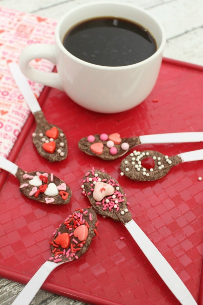 Need a fun and unique treat for Valentines Day? These Valentines Day spoons are the perfect dessert idea. This is an easy Valentines Day snack that everyone will love.
