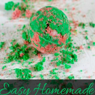 These easy homemade Christmas bath bombs are a great homemade Christmas present idea. Homemade Christmas gift ideas | homemade beauty products | DIY beauty products